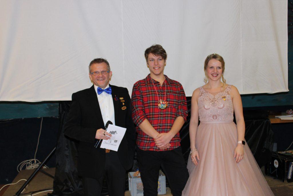 Der Präsident der Karnevalsabeilung Markus Franz ehrte den Tänzer und Trainer Lukas Lang mit dem Sessionsorden des Fastnachtsverbandes.