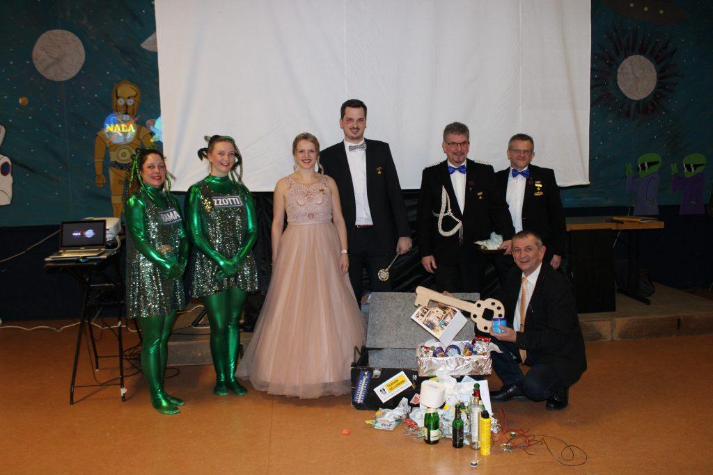 Die beiden Aliens RAMA und ZZOTTI, das Prinzenpaar Lisa I. und Julian I, Hofmarschall Joe Schade und Präsident Markus Franz gaben am Aschermittwoch die gut gefüllte Stadtkasse an 1. Bürgermeister Frank Stumpf zurück.